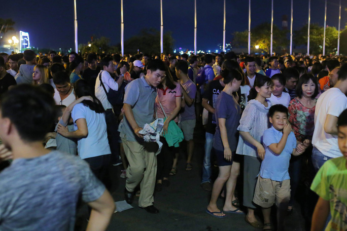 Ngắm pháo hoa rực sáng trên bầu trời Sài Gòn đêm 30-4 - Ảnh 10.