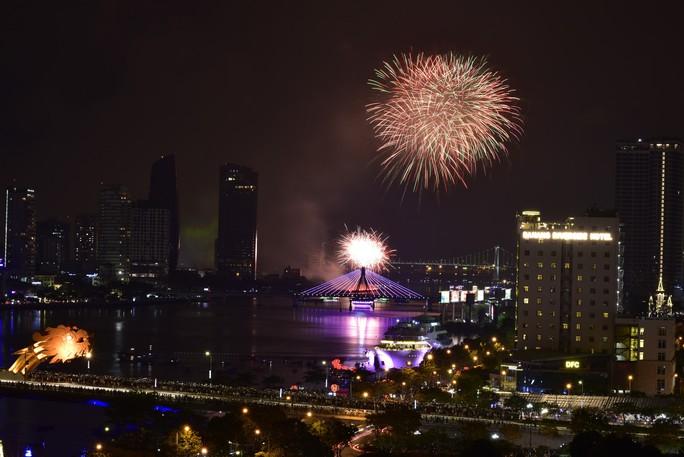 Pháo hoa rực sáng trên sông Hàn - Ảnh 2.