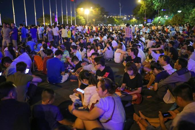 Ngắm pháo hoa rực sáng trên bầu trời Sài Gòn đêm 30-4 - Ảnh 1.