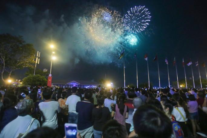Ngắm pháo hoa rực sáng trên bầu trời Sài Gòn đêm 30-4 - Ảnh 9.
