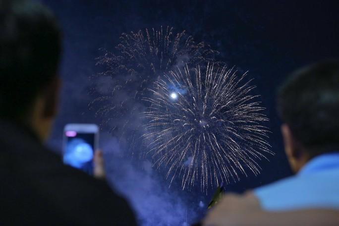 Ngắm pháo hoa rực sáng trên bầu trời Sài Gòn đêm 30-4 - Ảnh 6.
