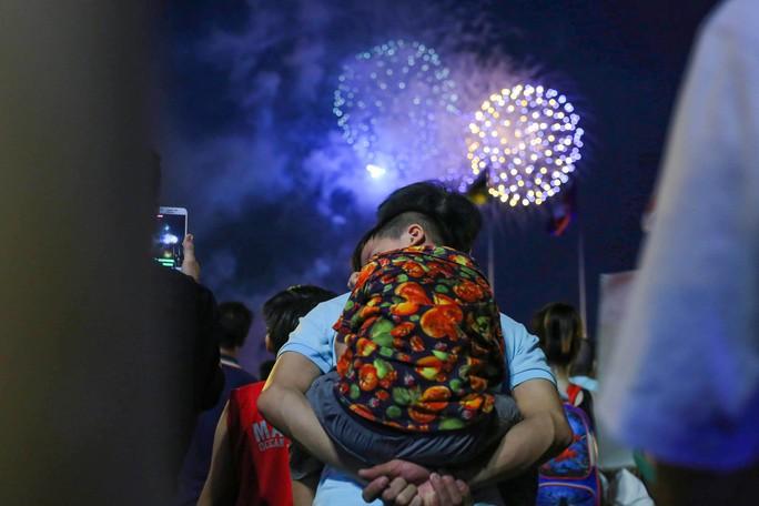 Ngắm pháo hoa rực sáng trên bầu trời Sài Gòn đêm 30-4 - Ảnh 4.