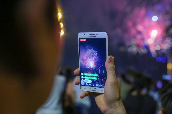 Ngắm pháo hoa rực sáng trên bầu trời Sài Gòn đêm 30-4 - Ảnh 7.