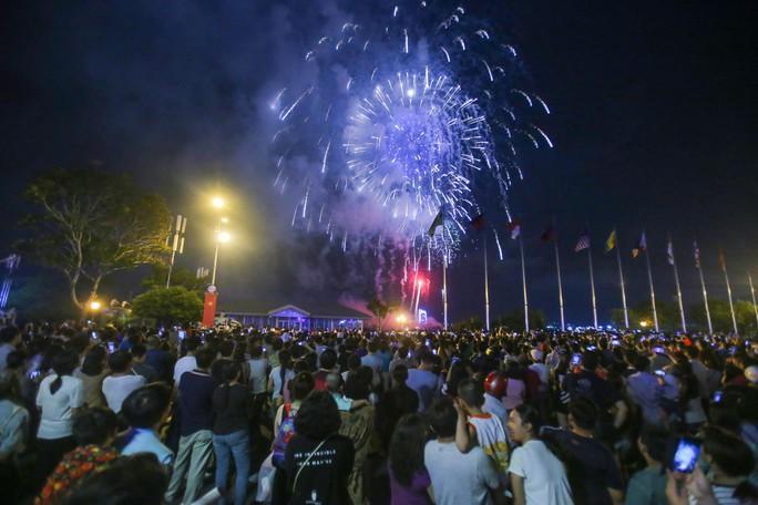 Ngắm pháo hoa rực sáng trên bầu trời Sài Gòn đêm 30-4 - Ảnh 8.