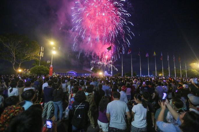 Ngắm pháo hoa rực sáng trên bầu trời Sài Gòn đêm 30-4 - Ảnh 3.