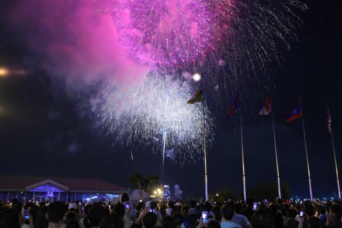 Ngắm pháo hoa rực sáng trên bầu trời Sài Gòn đêm 30-4 - Ảnh 5.
