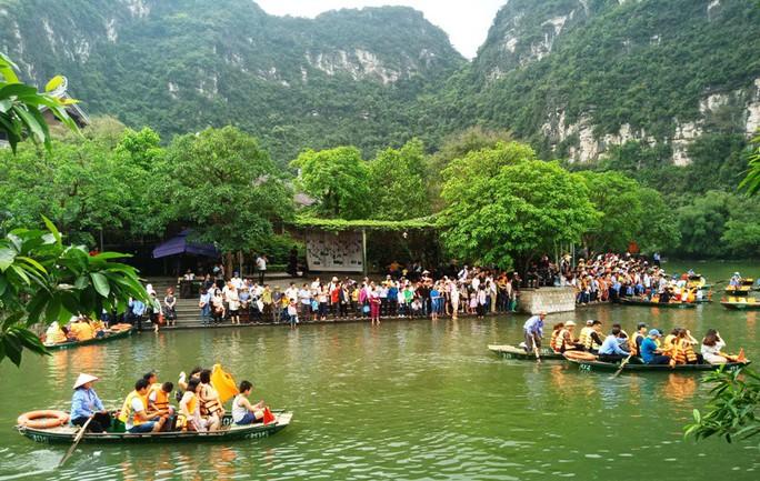 Vạn du khách rồng rắn hàng giờ mua vé đi thuyền ở Tràng An - Ảnh 5.