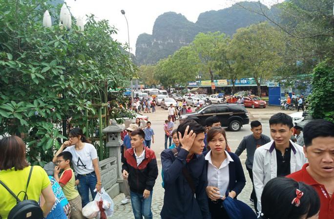Vạn du khách rồng rắn hàng giờ mua vé đi thuyền ở Tràng An - Ảnh 7.