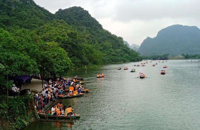 Vạn du khách rồng rắn hàng giờ mua vé đi thuyền ở Tràng An - Ảnh 8.
