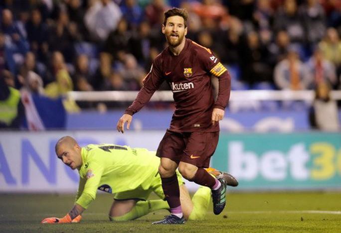 Barcelona diễu hành mừng vô địch, khoe hai cúp tại Catalonia - Ảnh 1.