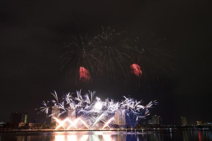 Pháo hoa rực sáng trên sông Hàn - Ảnh 4.
