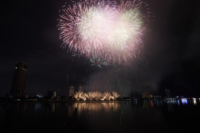 Pháo hoa rực sáng trên sông Hàn - Ảnh 10.