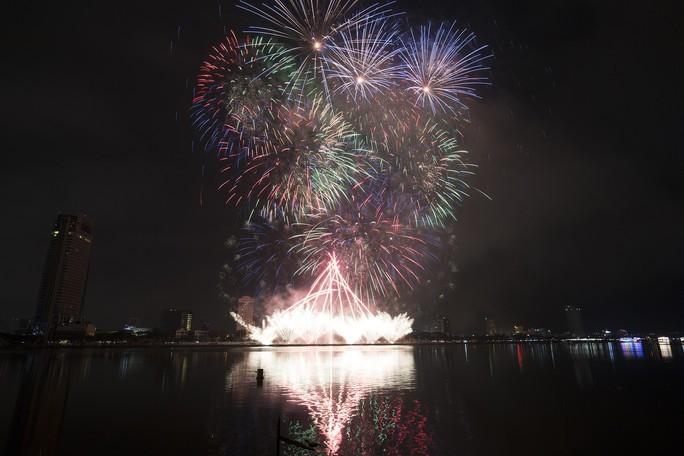 Pháo hoa rực sáng trên sông Hàn - Ảnh 15.