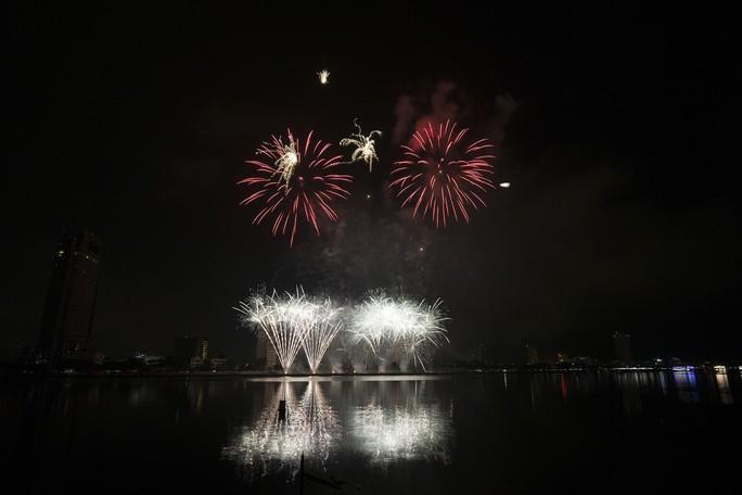 Pháo hoa rực sáng trên sông Hàn - Ảnh 17.