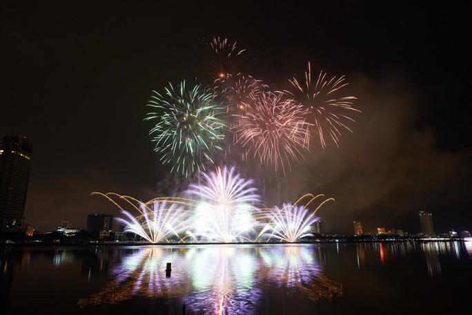 Pháo hoa rực sáng trên sông Hàn - Ảnh 18.