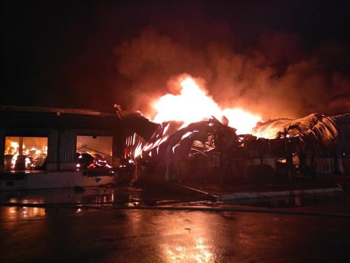 Cháy lớn KCN ở biên giới Việt-Trung, thiêu rụi hàng ngàn tấn nguyên liệu - Ảnh 1.