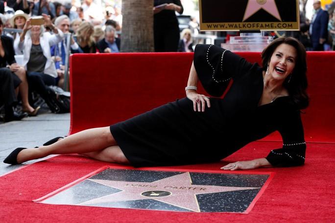 Sao phim Wonder Woman hạnh phúc nhận sao ở tuổi 66 - Ảnh 1.