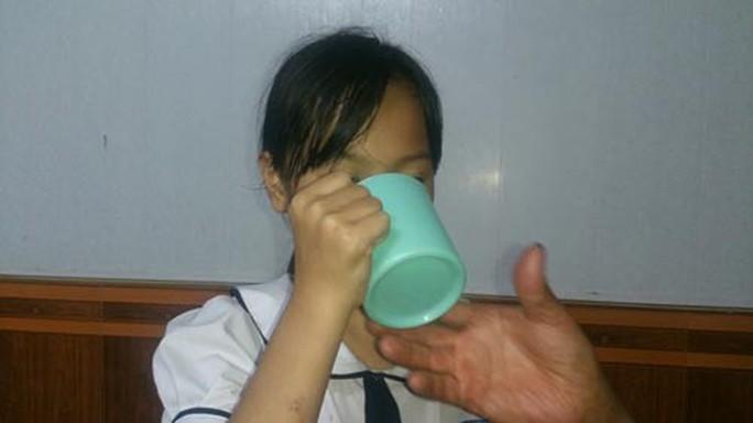 Chấm dứt hợp đồng lao động với cô giáo phạt học sinh uống nước vắt từ ghẻ lau - Ảnh 1.