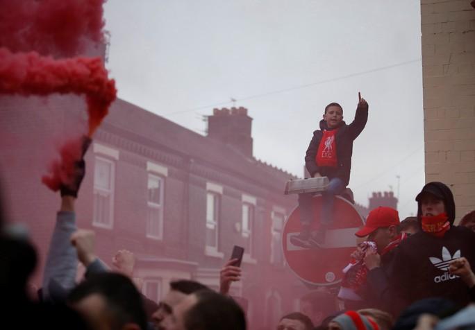 Fan Liverpool ăn mừng trận thắng Man City như thể vô địch - Ảnh 9.
