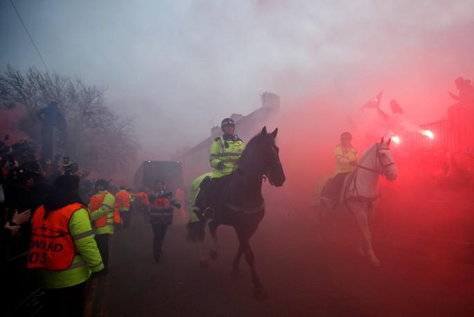 Fan Liverpool ăn mừng trận thắng Man City như thể vô địch - Ảnh 10.
