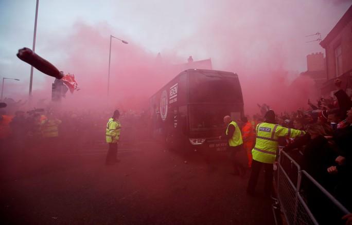 Fan Liverpool ăn mừng trận thắng Man City như thể vô địch - Ảnh 12.