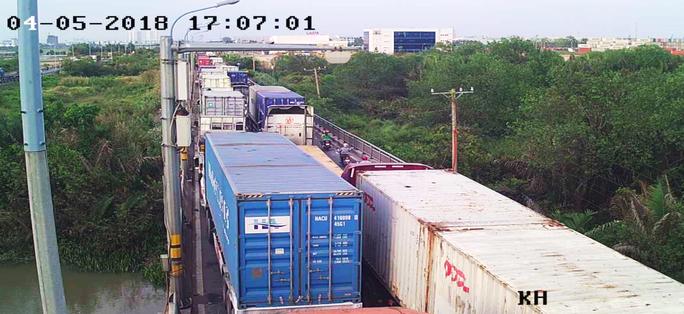 Sợ tốn dầu, tài xế xe Container đậu dốc cầu Phú Mỹ để ngủ - Ảnh 3.