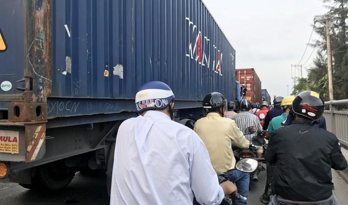 Sợ tốn dầu, tài xế xe Container đậu dốc cầu Phú Mỹ để ngủ - Ảnh 7.