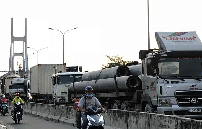 Sợ tốn dầu, tài xế xe Container đậu dốc cầu Phú Mỹ để ngủ - Ảnh 4.