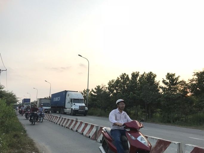 Sợ tốn dầu, tài xế xe Container đậu dốc cầu Phú Mỹ để ngủ - Ảnh 5.