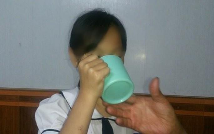 Bộ GD-ĐT yêu cầu xử nghiêm cô giáo phạt học sinh uống nước vắt giẻ lau bảng - Ảnh 1.