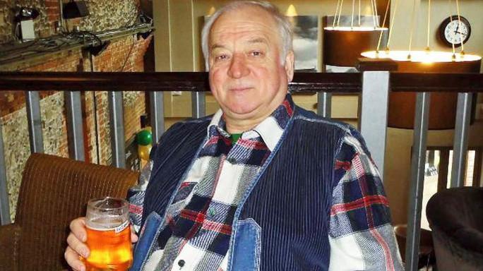 Cựu điệp viên Nga bị đầu độc đã qua cơn nguy kịch - Ảnh 1.