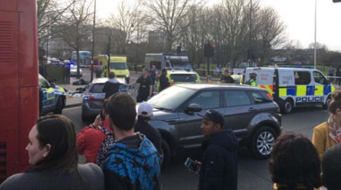 Đâm chém liên tiếp trong đêm, London báo động bạo lực đường phố - Ảnh 2.