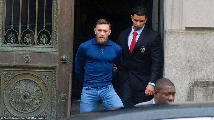 Gã điên Gregor nộp phạt 50.000 USD, hầu tòa vào tháng 6 - Ảnh 6.