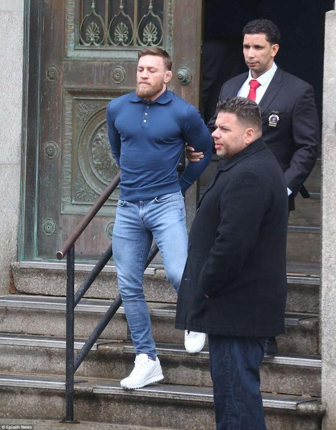 Gã điên Gregor nộp phạt 50.000 USD, hầu tòa vào tháng 6 - Ảnh 5.