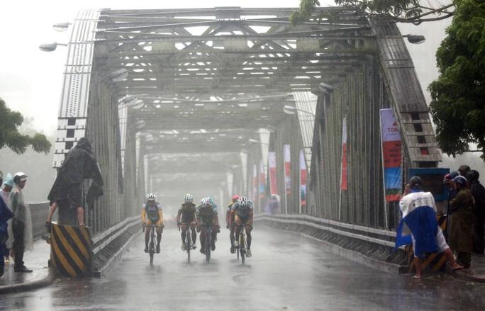 Nguyệt Minh giành chiến thắng trong mưa, khóc nhớ anh trai - Ảnh 2.