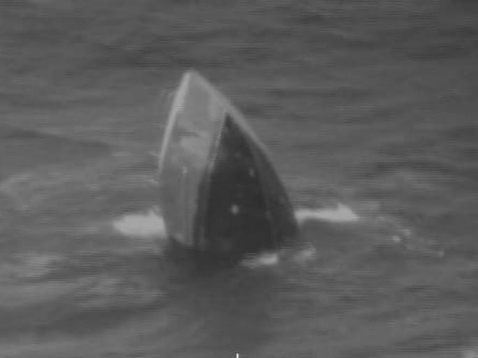 Ngư dân Việt Nam cứu người trên tàu chìm ở Mỹ - Ảnh 2.