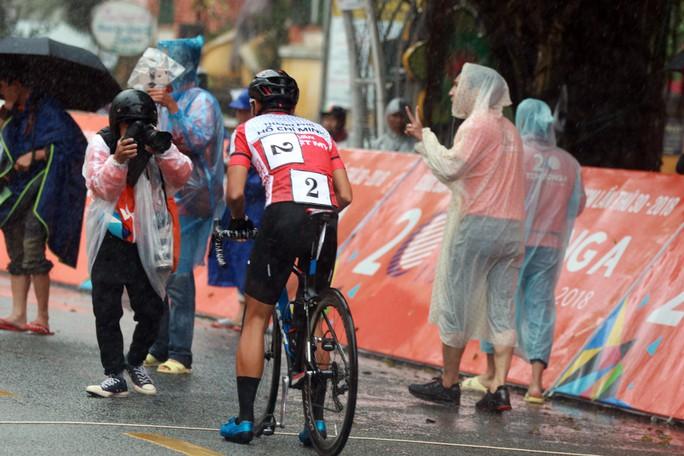 Nguyệt Minh giành chiến thắng trong mưa, khóc nhớ anh trai - Ảnh 1.