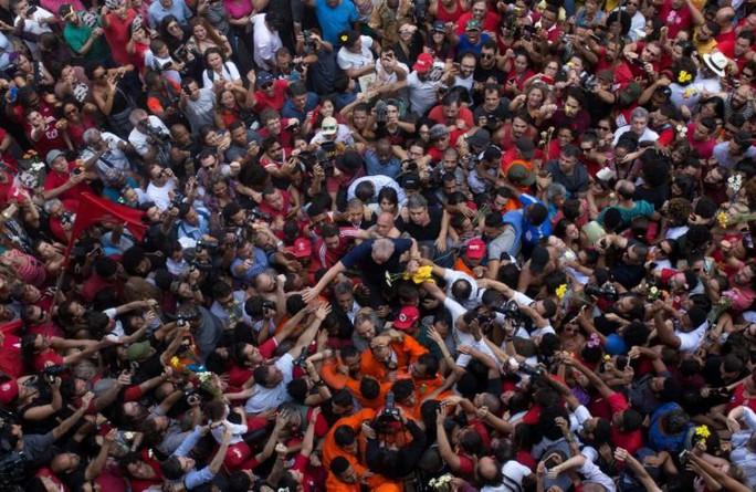Cựu tổng thống Brazil nộp mình, thẳng tiến nhà tù  - Ảnh 1.