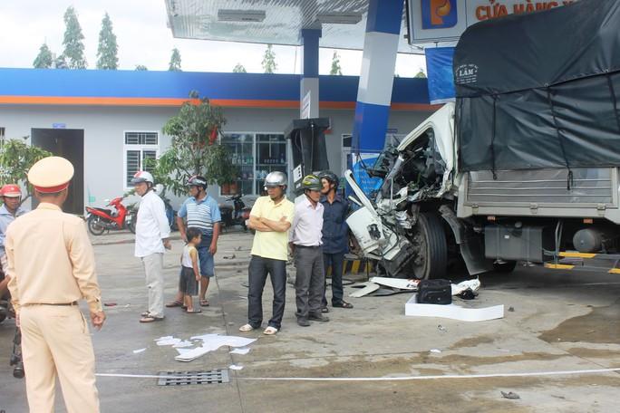Xe tải tông xe khách rồi lao vào cây xăng - Ảnh 1.