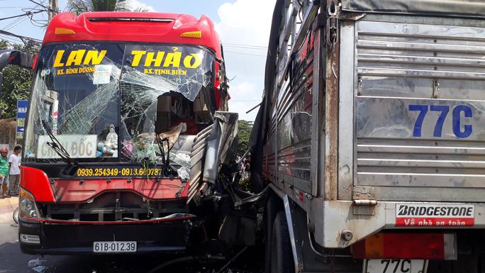 Xe giường nằm tông xe tải, nhiều hành khách hoảng loạn thoát ra ngoài - Ảnh 2.
