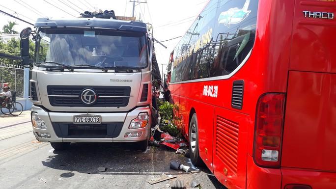 Xe giường nằm tông xe tải, nhiều hành khách hoảng loạn thoát ra ngoài - Ảnh 1.