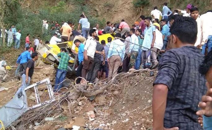 Xe chở học sinh cấp 1 rơi xuống hẻm núi, 30 người thiệt mạng - Ảnh 2.
