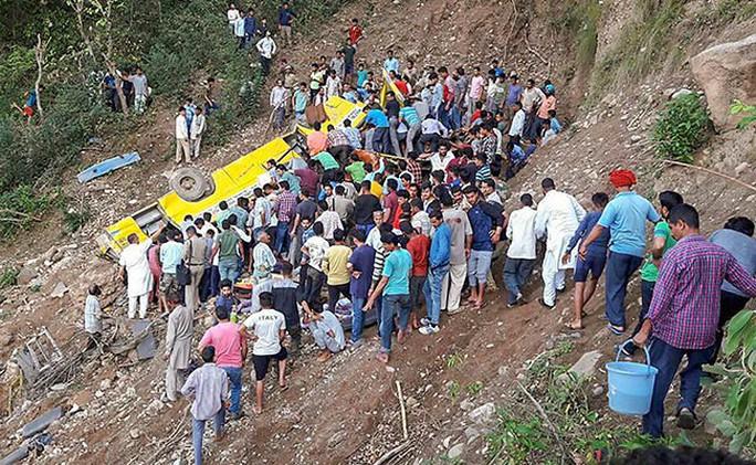 Xe chở học sinh cấp 1 rơi xuống hẻm núi, 30 người thiệt mạng - Ảnh 1.
