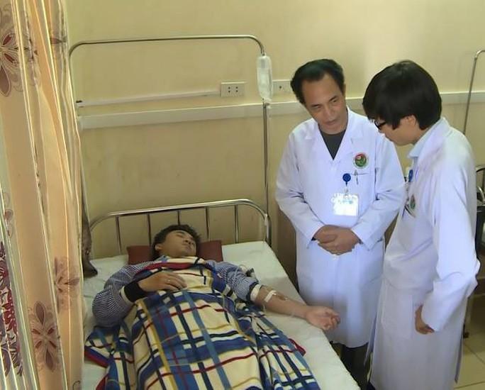 Bố bệnh nhi khai lý do đánh bác sĩ, thực tập sinh bị thương - Ảnh 1.
