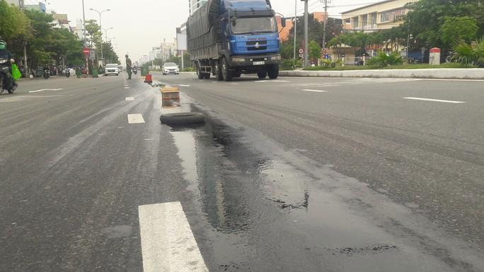 Dầu nhớt  tràn ra đường, khiến 4 vụ ngã xe máy làm nhiều người bị thương - Ảnh 2.