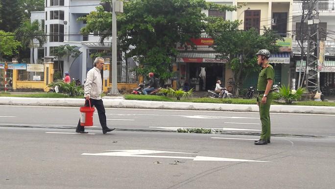Dầu nhớt  tràn ra đường, khiến 4 vụ ngã xe máy làm nhiều người bị thương - Ảnh 4.