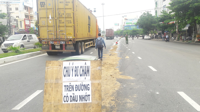 Dầu nhớt  tràn ra đường, khiến 4 vụ ngã xe máy làm nhiều người bị thương - Ảnh 5.