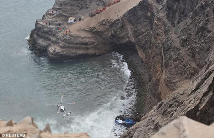 Xe buýt lao từ vách đá xuống bãi biển, 48 người thiệt mạng - Ảnh 2.