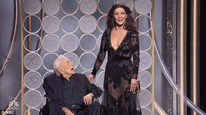 Pax Thiên tháp tùng Angelina Jolie dự Quả cầu vàng - Ảnh 4.