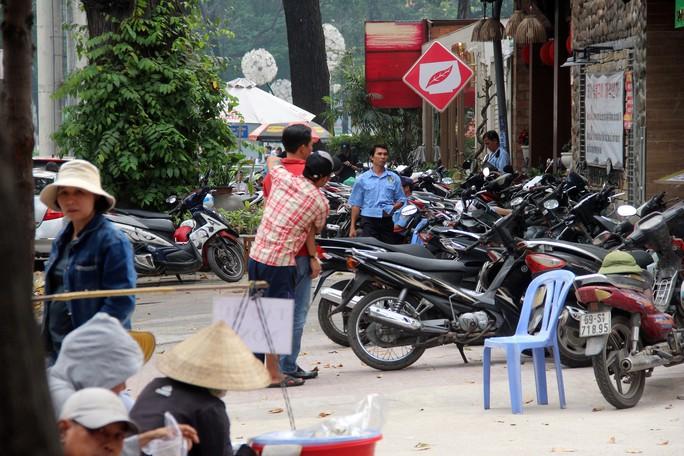 TP HCM: Nhiều bãi giữ xe vẫn trơ gan trên vỉa hè - Ảnh 9.